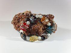 Buntes Glasperlen-Armband, handgefertigtes Einzelstück, Länge ca. 18 mm, bunte Glasperlen mit Verzierungen in verschiedenen Farben 20 mm, weisse Polaris-Perlen 6 mm, Elastikband