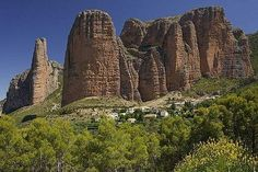 El Reino de los Mallos, un paisaje único en el norte de Aragón http://www.rural64.com/st/turismorural/El-Reino-de-los-Mallos-un-paisaje-unico-en-el-norte-de-Aragon-3509