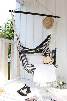 Vive de vacaciones poniendo una hamaca en tu balcón. | 21 Ideas ridículamente geniales para darle vida a tu balcón
