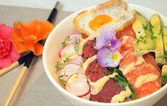Deze heerlijke sashimi bowl met kleurrijke viooltjes heeft alles in huis om een vrouw (maar ook een man!) gelukkig te maken. Pure verwennerij uit een kom! Sushi Bowl, Poke Bowl, Good Fats, Fresh Rolls, Noodles, Sashimi, Healthy, Breakfast, Ethnic Recipes