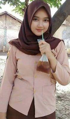 Pin Image by kroto Fashion Beautiful Hijab Girl, Beautiful Muslim Women, Beautiful Asian Girls, Muslim Fashion, Hijab Fashion, Girl Fashion, Indonesian Girls, Hijab Chic, Muslim Girls