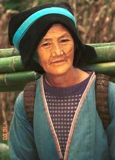Side comb Miao woman carrying bamboo poles back to her village - Long Dong village, De Wo township, Longlin country, Guangxi province 0010d19.jpg