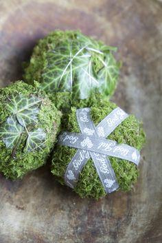 Livs Lyst: mossklot till jul. Knöla ihop tidningspapper i mitten, lägg på mossa utanpå och vira om med tunn tråd. Pynta med band eller blad.