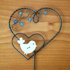 Zápich+srdce+-+bílý+ptáček+Zápich+je+vyrobený+z+černého+žíhaného+drátu+a+ozdoben+dřevěným+bílým+ptáčkem+a+modrými+korálky.+Šířka+srdce+8cm,+výška+8cm,+výška+celého+zápichu+30cm.+Barvu+korálků+lze+upravit+dle+přání+zákazníka.
