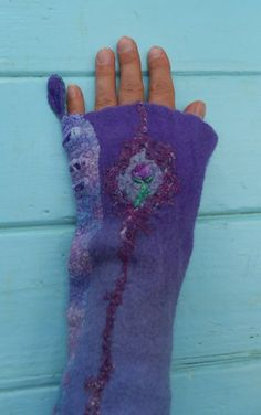 Lovely soft purple armwarmers with a little by Rozevilterije, €55.00