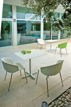 Grace 410, scaun de terasă. Carcasa este produsă din fibră de sticlă polipropilenă injectata, un material rezistent la razele solare. Picioarele sunt realizate din teavă de oțel masiv. Culori disponibile: alb, portocaliu, roșu, verde și negru. Cafe Chairs, Dining Chairs, Dining Table, Colorful Cafe, Restaurants, White Cafe, Modern, Furniture, Home Decor