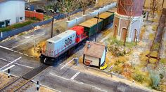 Locomotora 308 diesel RENFE. Escala H0.   Locomotora 308 diesel RENFE con un corte de vagones abiertos X-3 cargados de madera.