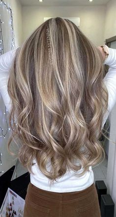 Gorgeous Hair Colors That Will Really Make You Look Younger Dirty Blonde Hair With Highlights, Sandy Blonde Hair, Honey Blonde Hair Color, Medium Blonde Hair, Brown Blonde Hair, Hair Color Highlights, Brunette Hair, Highlights With Lowlights, Blonde Hair Over 40