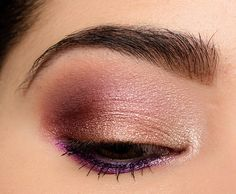Here's a look using the Too Faced Chocolate Gold palette! Here's a look using the Too Faced Chocolate Gold palette! Too Faced Eyeshadow, Pink Eyeshadow Look, Gold Eyeshadow Palette, Purple Eye Makeup, Blending Eyeshadow, Gold Palette, Gold Makeup, Eye Palette, Peach Palette