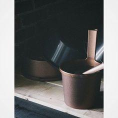 Modern bucket with an ergonomic handle. Especially suitable for smaller more modern saunas. Design by Pentagon Design. #sauna #bucket #orthex #finland #suomi