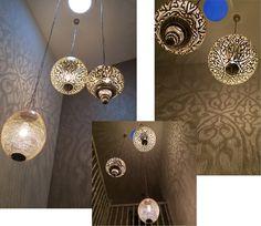Arabische lampen in de hal: Hanglamp Basha XL, hanglamp Isra XL en hanglamp Beda L. Lampen Isra en Beda zijn hier omgekeerd gebruikt met de opening naar boven.