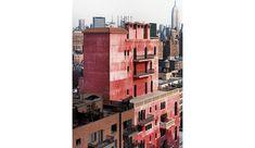 Avec sa palette de couleurs très personnelle et son confondant mélange de styles, la folie que Julian Schnabel s'est fait construire au sommet d'une usine désaffectée de Greenwich Village est  une véritable autobiographie architecturale. Visite au Palazzo Chupi, entre «?factory?» warholienne et palais vénitien.