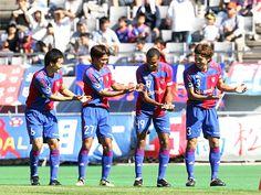 [ J2:第31節 F東京 vs 岡山 ] 快調に首位を走るF東京は10分、谷澤達也のCKを森重真人が決めて幸先よく1点を先制。 写真はゴール後、先日第一子が誕生した石川直宏へ向けてゆりかごダンスを捧げる選手たち。  2011年10月16日(日):味の素スタジアム