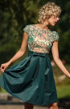 Monnom GAL sukienka zielona Efektowna sukienka, dopasowana góra z angielskimi cięciami, krótki rękaw, z tyłu delikatny dekolt