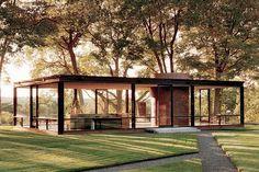 la casa de cristal (glass house) obra del arquitecto phillip johnson, concluida en 1949, es considerada como un pabellon, lo importante de esta obra para destacar no es solo el edificio en si, sino, el paisaje que lo rodea