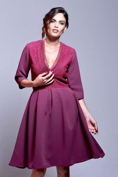 Vestido de fiesta midi en color marsala. Entallado en la cintura, con falda de vuelo, amplio escote en forma de V y manga francesa. #bodas #invitadasbodas #bodasenotoño #invitadaespecial