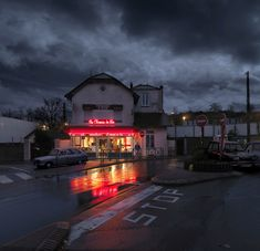 As a grandchild of bistrot owners, Blaise Arnold immortalizes the dying bistro culture in Paris in his photo series Red Lights. Hotel Restaurant, Hotel Motel, Night Aesthetic, City Aesthetic, Petits Bars, Parisian Cafe, Rainy Night, Snow Night, Ville France