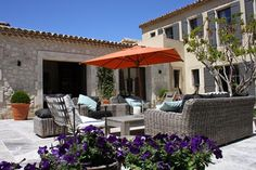 Spacious terrace with straw sofas | Pure Villa Les Baux in Provence