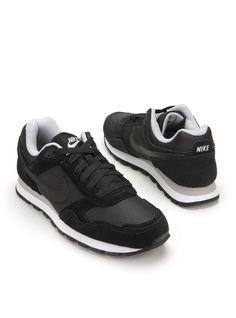 Hippe zwarte Nike sneakers voor dames. Het bovenwerk van deze sneakers is gemaakt van een combinatie van leer en textiel.