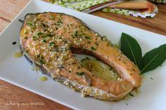 SALMÓN AL AJILLO Este salmón es un plato ideal para cuando no se tiene demasiado tiempo para cocinar y quieren comer un buen plato de pescado. El salmón es un pescado muy versátil a la hora de cocinarlo, está igual de bueno a la plancha, al horno, en salsa, al vapor... Cocinado de esta manera además de un plato rápido de preparar también es muy sabroso y muy sano. Vamos con la receta...