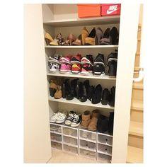 👠👟🌂 #引越し#玄関収納#靴収納#イケア#キャンドゥ#シューズケース#シューズボックス * * 部屋に置こうと思ってたんだけど、全然入りきらず…結局玄関のとこに❗️これは下駄箱なの?ただの収納?分かんないけど、もう一個の下駄箱一杯だからうちのはこっちに❗️NIKEちゃん達置いてるIKEAで買ったやつ使える、買い足す❗️100均のシューズケースはちゃっちいけど結構使えるよ🐒地味〜に靴並べるの楽しかった🐒