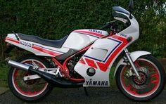 Uma motocicleta rica em detalhes, é antiga, mas muito potente.