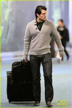 henry cavill vancouver airport 02