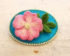 Embroidery rose フェルト刺繍の薔薇のブローチ「ロサエグランテリア」 by PieniSieni