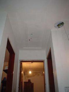 O projeto de gesso que foi feito prevê o acabamento no teto da sala, corredorese quarto do casal, e por consequência, um rebaixo de 15cm do pé direito nestas áreas. No projeto que foi feito já é p…