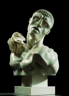 """Una mostra strepitosa. Anzi no, perché non c'è """"strepito"""" nelle sale che ospitano le opere di Adolfo Wildt. Solo le urla silenziose delle sue maschere addolorate, e sensazioni a fior di pelle nelle forme ossessivamente perfette. In un gioco di rimandi che ha radici profonde, tutte da scoprire. A Forlì, negli spazi dei Musei di San Domenico, fino al 17 giugno."""