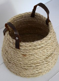 We have talked in the past about DIY decorations and rope crafts. So today we have some new unique DIY ideas with rope decoration. Rope Basket, Basket Bag, Basket Weaving, Sisal, Basket Crafts, Jute Crafts, Dyi Baskets, Making Baskets, Diy Crafts