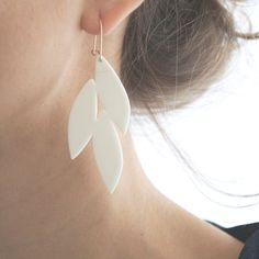 Collection Canopée By M e i   Boucles d'oreilles en porcelaine blanche & or rempli (gold filled)   €72,00, via Etsy  #bijoux