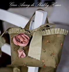 Beautiful purse...how I love peices that arent a brand name you see on everyones arm.