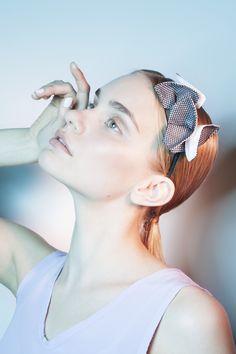 Kirsi Nisosen suunnitteleman Paradise of Japan -malliston Chou hiuspanta.    Origamiperhosilla koristeltu kapea hiuspanta.