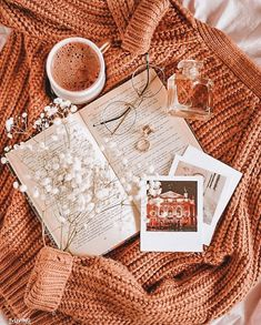 Flat Lay Photography, Autumn Photography, Book Photography, Beauty Photography, Portrait Photography, Cozy Aesthetic, Autumn Aesthetic, Fall Inspiration, Autumn Cozy