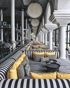 Modern Restaurant, Restaurant Interior Design, Cafe Interior, Luxury Interior Design, Interior Exterior, Interior Architecture, Restaurant Lighting, Restaurant Restaurant, Luxury Restaurant