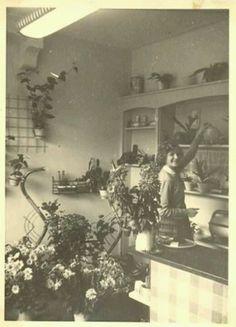 Mijn moeder in de bloemenwinkel 1964