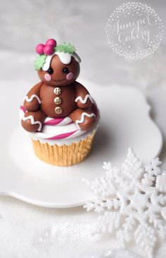Cute Fondant Gingerbread Character Tutorial - Fondant gingerbread person tutorial by Juniper Cakery - Christmas Cupcakes Decoration, Christmas Cake Topper, Holiday Cupcakes, Fondant Decorations, Fondant Christmas Cake, Xmas Cakes, Cupcakes Fondant, Marshmallow Cupcakes, Fondant Toppers