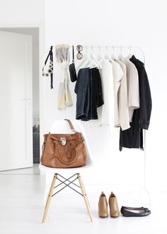 Nordic Days is a website with Scandinavian interiors where you learn everything about Scandinavian design and the latest home interior trends. Walk In Wardrobe, Wardrobe Basics, Capsule Wardrobe, Minimal Wardrobe, How To Have Style, Boho Deco, Garment Racks, Closet Space, Bedrooms