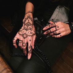 Trade your usual rings in for Henna or jewel tattoo's for a hip vibe :) Mehendi, Arte Mehndi, Henna Mehndi, Henna Body Art, Henna Art, Body Art Tattoos, Hand Tattoos, Cool Tattoos, Swag Tattoo