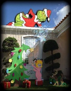Whoville Christmas Decorations, Christmas Lawn Decorations, Christmas Booth, Grinch Christmas Decorations, Grinch Christmas Party, Christmas Yard Art, Cool Christmas Trees, Christmas Scenes, Grinch Stuff