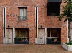 A lo largo de casi treinta años, los irlandeses O'Donnell + Tuomey se han forjado una carrera especializada en proyectos públicos que presta especial atención a la función cívica de la arquitectura. Tras coincidir en la oficina de James Stirling en... O Donnell, Stirling, Architecture Magazines, Social Housing, East London, Contemporary, Modern, Design Projects, Brick