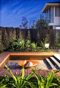 DIY fire pit designs ideas - Do you want to know how to build a DIY outdoor fire pit plans to warm your autumn and make s'mores? Find inspiring design ideas in this article. Fire Pit Backyard, Backyard Patio, Backyard Landscaping, Backyard Seating, Modern Backyard, Modern Landscaping, Outdoor Seating, Deck Seating, Modern Deck