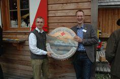 Präsidenten unter sich: Klaus Heitzmann übergibt die Ehrenscheibe an Dr. Benno König vom Lions Club Odenwald Lions Club, Mirror Image, Pictures