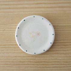 Platito de loza decorado a manocon delicadas florecitas ylunares de color azul. Ideal para dejar tus joyitas, apoyar una vela... Diseñado y pintado a mano pormimosa&estraza. Medidas: 9,5 cm de diámetro.