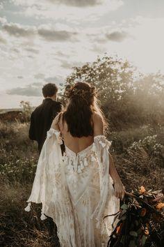 Zigeuner-Boho-Chic-Session in einem alten Schloss Felicity and Olly - Joy Zamora // Hochzeitsfotograf Fairy Wedding Dress, Western Wedding Dresses, Wedding Dress Trends, Long Wedding Dresses, Princess Wedding Dresses, Designer Wedding Dresses, Mermaid Wedding, Boho Chic Wedding Dress, Bridal Dresses