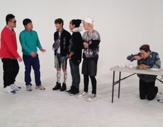 SHINee's Onew kneels down for chicken on 'Weekly Idol' :) so funny. Weekly Idol, Shinee Onew, All About Kpop, Korean Artist, Film Music Books, Korean Music, Korean Celebrities, Pop Group, Seoul