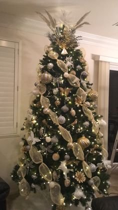 120 Best Christmas Tree Decorating Ideas That You'd Have to Take Inspiration From - Hike n Dip <br> Choose the Best Christmas Tree decorating ideas. These Christmas Tree decorations are the best & trending Christmas decorations ideas of the year. Elegant Christmas Trees, Gold Christmas Decorations, Ribbon On Christmas Tree, Christmas Tree Themes, Rustic Christmas, Christmas Fun, How To Decorate Christmas Tree, White Christmas, Decorated Christmas Trees