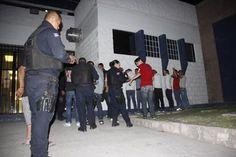 A golpes y pedradas desatan riña, detienen a 23 jóvenes en Juárez | El Puntero