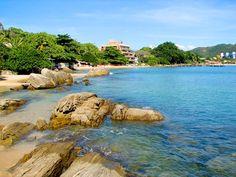 Embrulho - Santa Catarina -Escondida no costão, à direita da praia principal de Bombinhas, tem águas mais claras e transparentes que a vizi...